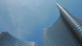Milaan, Italië - Mei 2016: vliegtuig die over Unicredit-Toren vliegen stock videobeelden