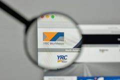 Milaan, Italië - November 1, 2017: Embleem het Wereldwijd van YRC op websi Royalty-vrije Stock Foto's