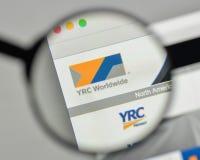 Milaan, Italië - November 1, 2017: Embleem het Wereldwijd van YRC op websi Royalty-vrije Stock Afbeeldingen