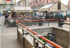 Milaan, Italië 5 Oktober 2018: mening van Corso Buenos Aires in Milaan, ondergrondse passage met Fietsparkeren stock foto's