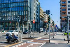 Milaan, Italië - Oktober negentiende, 2015: Kruispunten met veel verkeerslichten en verkeersteken in de moderne stad van Milaan stock fotografie