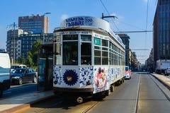Milaan, Italië - Oktober negentiende, 2015: Mooie geschilderde oude tram op de straten van Milaan stock afbeeldingen