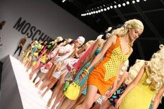 MILAAN, ITALIË - SEPTEMBER 18: De modellen lopen het baanfinale tijdens Moschino tonen Royalty-vrije Stock Afbeeldingen