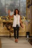 MILAAN, ITALIË - SEPTEMBER 20: De ontwerper Sara Cavazza Facchini loopt de baan tijdens Genny toont Royalty-vrije Stock Afbeeldingen