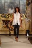 MILAAN, ITALIË - SEPTEMBER 20: De ontwerper Sara Cavazza Facchini loopt de baan tijdens Genny toont Stock Foto's