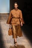 MILAAN, ITALIË - SEPTEMBER 21: Een model loopt de baan tijdens Salvatore Ferragamo toont Stock Foto's