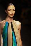 MILAAN, ITALIË - SEPTEMBER 21: Een model loopt de baan tijdens Salvatore Ferragamo toont Royalty-vrije Stock Foto's