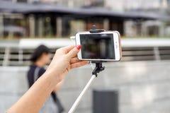 MILAAN, ITALIË - SEPTEMBER 22, 2017: een vrouwen` s hand neemt een beeld gebruikend haar smartphone de telefoon wordt meer en mee stock afbeeldingen