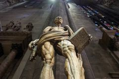 Milaan, Italië - September 27: Het beroemde standbeeld van Heilige Bartholomew binnen Milan Cathedral op 27 September, 2017 in Mi stock afbeeldingen