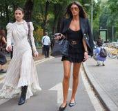 MILAAN, Italië: 23 September 2018: Modellen in de uitrusting van de straatstijl vóór Armani-Modeshow stock foto