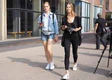MILAAN, Italië: 19 September 2018: Modellen die in de straat stellen royalty-vrije stock afbeeldingen
