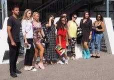 MILAAN, Italië: 19 september 2018: Modellen en bloggers de uitrusting van de straatstijl stock afbeeldingen