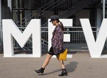 MILAAN, Italië: 19 september 2018: Modellen en bloggers de uitrusting van de straatstijl stock foto