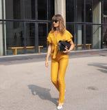 MILAAN, Italië: 19 september 2018: Modellen en bloggers de uitrusting van de straatstijl royalty-vrije stock foto's