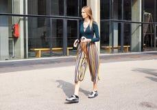 MILAAN, Italië: 19 september 2018: Modellen en bloggers de uitrusting van de straatstijl stock foto's
