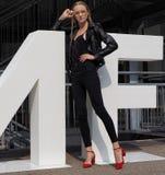 MILAAN, Italië: 19 september 2018: Modellen en bloggers de uitrusting van de straatstijl royalty-vrije stock afbeeldingen