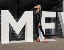 MILAAN, Italië: 19 september 2018: Modellen en bloggers de uitrusting van de straatstijl stock fotografie
