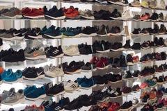 MILAAN, ITALIË - SEPTEMBER 13, 2017: moderne tennisschoenen in schoenopslag Nieuwe modellen van sportief schoeisel door beroemde  stock foto's