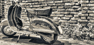 MILAAN, ITALIË - SEPTEMBER 25, 2015: Oude die Vespa langs Navig wordt geparkeerd stock afbeeldingen