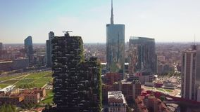Milaan, Italië - September 26, 2018: Satellietbeeld Moderne en ecologic wolkenkrabbers met vele bomen op elk balkon Bosco stock videobeelden