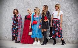 MILAAN, Italië, 20 septembre 2018: Modellen die in de straat stellen royalty-vrije stock afbeelding