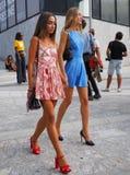 MILAAN, Italië, 20 septembre 2018: Modellen die in de straat stellen royalty-vrije stock foto's
