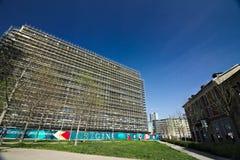 milaan Itali? 21 maart 2019 Bouwwerf voor de bouw van een modern gebouw royalty-vrije stock foto