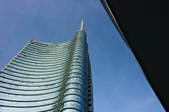 Milaan, Itali? 21 maart 2019 Onroerende goederencomplex met de Unicredit-wolkenkrabber in Piazza Gael Aulenti stock afbeeldingen