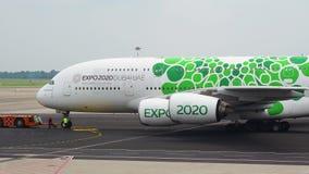 Milaan, Itali? Malpensa Internationale Luchthaven Luchtbus A380 bij de terminal De Luchtvaartlijnen van emiraten Expo 2020 de liv stock videobeelden