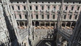 Milaan, Itali? Spiers van wit marmer die de volledige kathedraal versieren Duomo is het beroemdste oriëntatiepunt in Milaan stock video