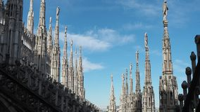 Milaan, Itali? Spiers van wit marmer die de volledige kathedraal versieren Duomo is het beroemdste ori?ntatiepunt in Milaan stock footage