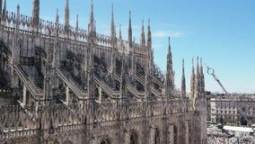 Milaan, Itali? Spiers van wit marmer die de volledige kathedraal versieren Duomo is het beroemdste ori?ntatiepunt in Milaan stock videobeelden