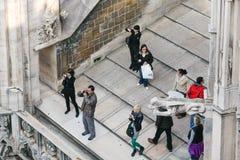 MILAAN, ITALY/EUROPE - 23 FEBRUARI: Mensen fotograferen wedijvert royalty-vrije stock fotografie