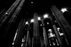 Milaan-Lombardije-Italië 07 april 2014: De binnenlandse kolommen van Duomomilaan Stock Afbeelding