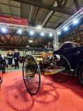 Milaan, Lombardije Italië - 23 November, de achtermening van 2018 - van 1886 Benz Patent Motor Wagen Replica bij de uitgave van A royalty-vrije stock foto