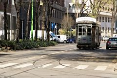 milaan 21 maart 2019 Een oude tram in het centrum van Milaan royalty-vrije stock fotografie