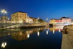Milaan nieuwe Darsena, gerenoveerd dokkengebied in de nacht, mensen Stock Foto's