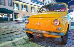 MILAAN - SEPTEMBER 25, 2015: Oud die Fiat 500 auto bij nacht wordt geparkeerd FI Stock Foto's