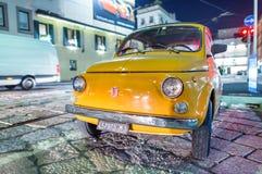 MILAAN - SEPTEMBER 25, 2015: Oude 500 Fiat auto in stadsstraat De FIA Stock Afbeelding