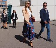 MILAAN - SEPTEMBER 21: Paar die na de modeshow van LES COPAINS, tijdens Milan Fashion Week-de lente van/de zomer van 2018 lopen Royalty-vrije Stock Fotografie