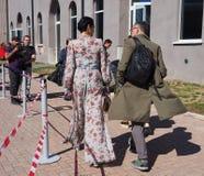 MILAAN - SEPTEMBER 21: Paar die vóór de modeshow van LES COPAINS, tijdens Milan Fashion Week-de lente van/de zomer van 2018 lopen Royalty-vrije Stock Afbeeldingen