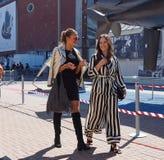 MILAAN - SEPTEMBER 21: Twee vrouwen die na de modeshow van LES COPAINS, tijdens Milan Fashion Week-de lente van/de zomer van 2018 Stock Foto's