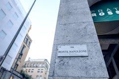 MILAAN - SEPTEMBER 25, 2015: Via Monte Napoleone-teken De straat Royalty-vrije Stock Fotografie