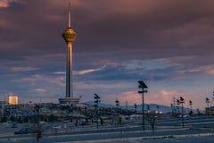 Milad Tower igualmente conhecido como a torre de Tehran é uma torre de múltiplos propósitos em Tehran, Irã fotografia de stock