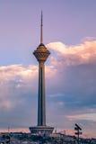 Milad Tower igualmente conhecido como a torre de Tehran é uma torre de múltiplos propósitos em Tehran, Irã fotografia de stock royalty free