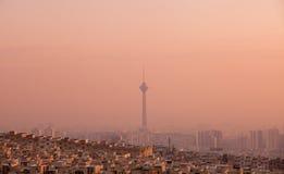 Milad Tower na skyline de Tehran no por do sol cor-de-rosa Imagens de Stock Royalty Free