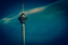 Milad Tower también conocido como la torre de Teherán es una torre multiusos en Teherán, Irán Imágenes de archivo libres de regalías