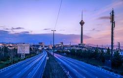 Milad Tower también conocido como la torre de Teherán es una torre multiusos en Teherán, Irán Foto de archivo