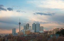 Milad wierza wśród Wysokiego wzrosta budynku w linii horyzontu Teheran Obrazy Royalty Free