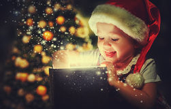 Milagre do Natal, caixa de presente mágica e bebê da criança Fotos de Stock